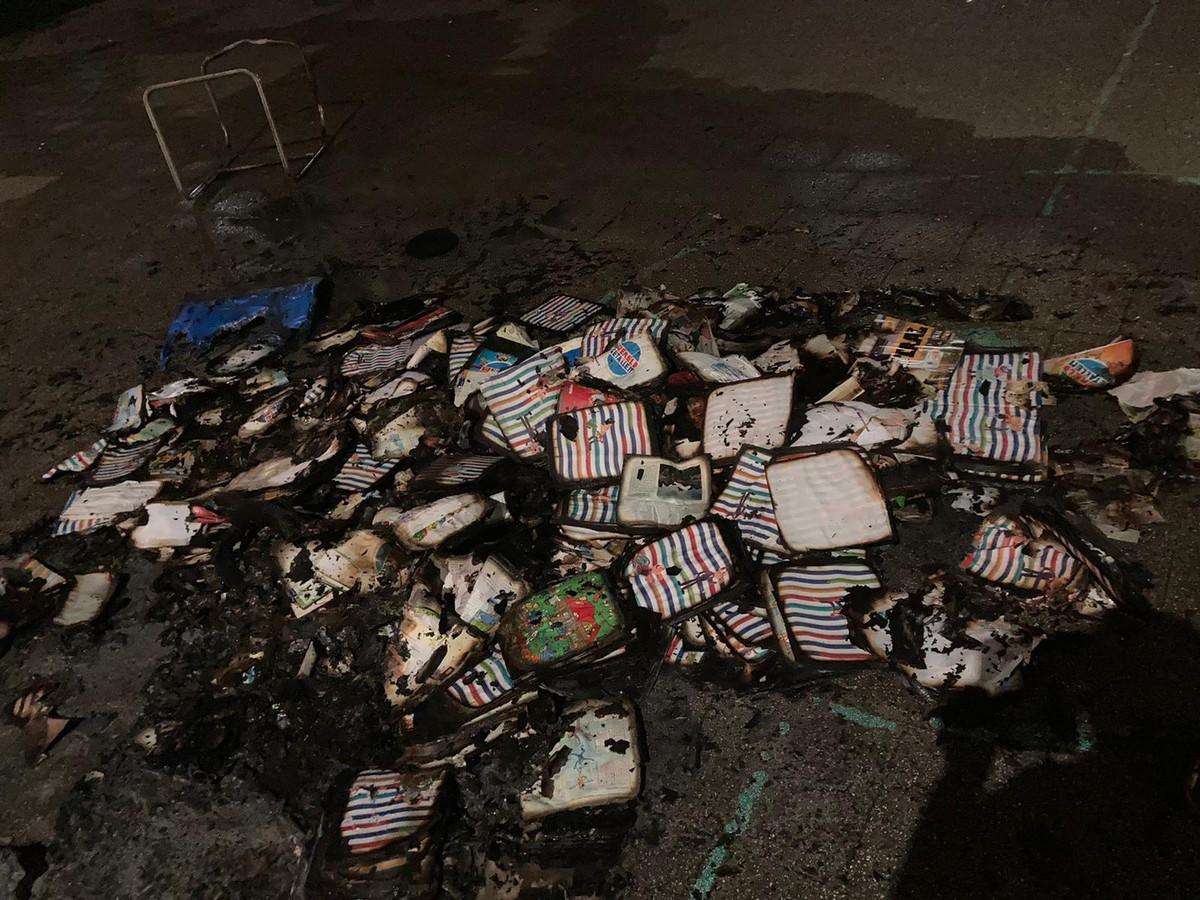 Overgebleven rotzooi na de brand in de papiercontainer.