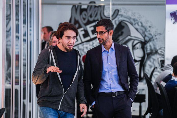 Ibrahim Ouassari et le CEO d'Alphabet, maison-mère de Google, Sundar Pichai, dans les locaux de Molengeek, en janvier 2020.