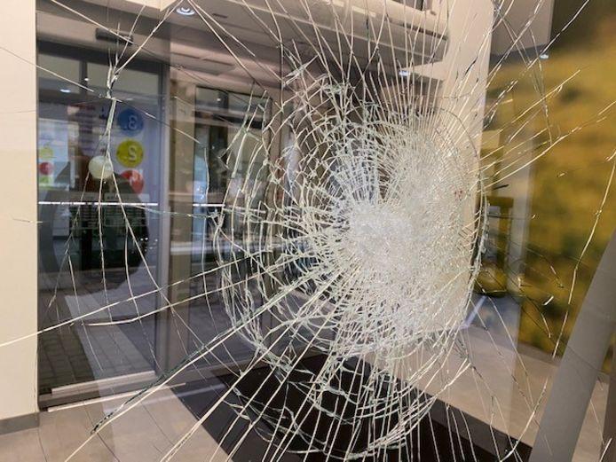 Het Welzijnshuis van Roeselare en haar medewerkers krijgen wel vaker met verbale en/of fysieke agressie af te rekenen. Op de foto een raam nadat een ontevreden klant het met een hamer had bewerkt.