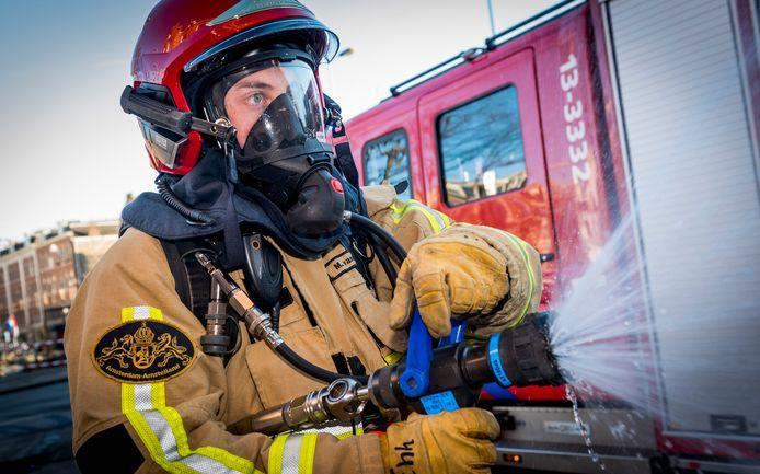 Een brandweerman tijdens bluswerkzaamheden.