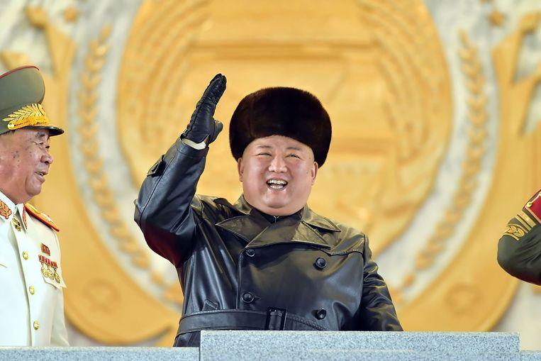 Kim Jong-un groet de Noord-Koreaanse militairen tijdens de parade.  Beeld AFP