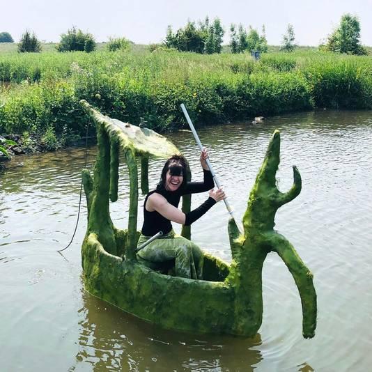 Salves van der Gonde in haar bootje. De kunstenares doet mee aan LekArt.