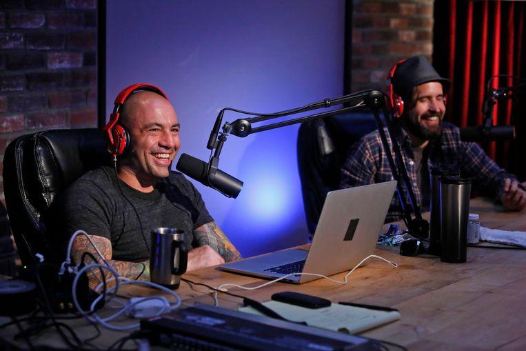 Joe Rogan (links) tijdens een eerdere uitzending van zijn podcast met gast Duncan Trussell. Beeld Getty