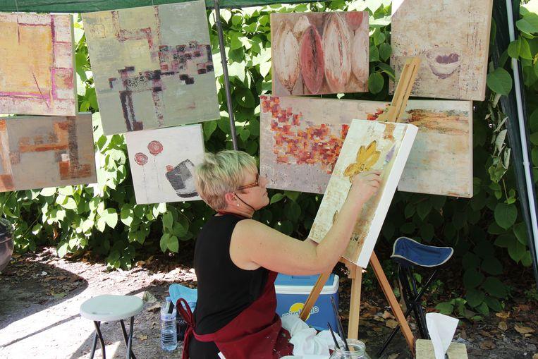 Een kunstenaar schildert op een vorige editie van Mon Mol Martre.