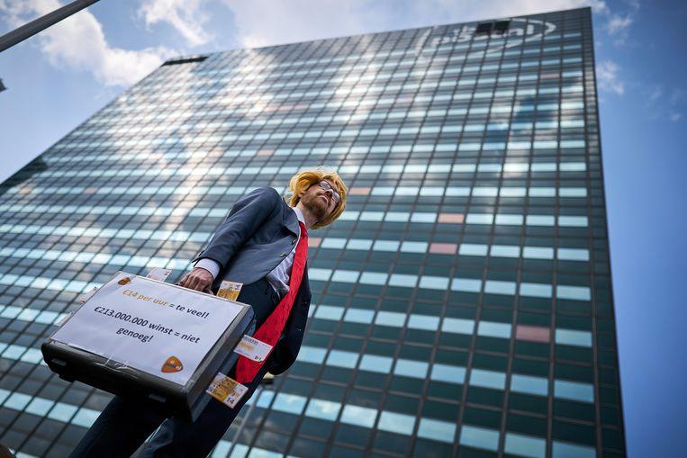 Een FNV'er persifleert Pim Berendsen, de CFO van PostNL tijdens een actie van de vakbond in Den Haag. Beeld Phil Nijhuis