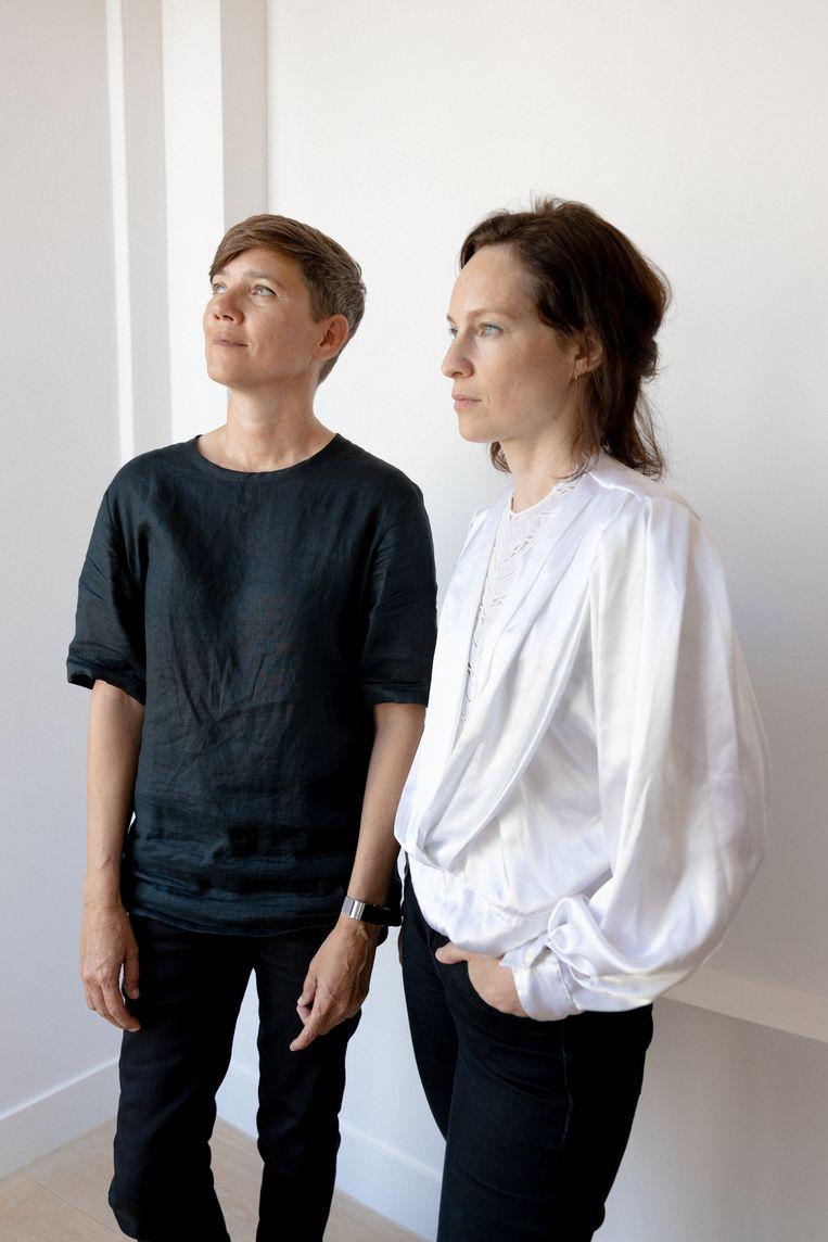 Curator en kunstenaar Babs Bakels en podcastmaker Laura Stek in Felix Meritis in Amsterdam. Beeld Ines Vansteenkiste-Muylle