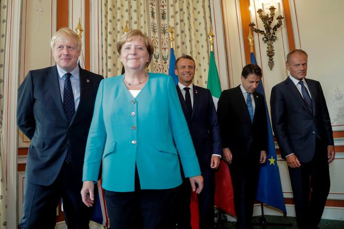 Vlnr.: de Britse premier Boris Johnson, de Duitse kanselier Angela Merkel, de Franse president  Emmanuel Macron, de Italiaanse premier Giuseppe Conte en Donald Tusk, voorzitter van de Europese Raad. Op dit 'familieportret' tijdens de vandaag begonnen G7 ontbreken de Amerikaanse president Donald Trump, de Japanse premier Shinzo Abe en de Canadese premier Justin Trudeau.