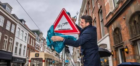 Verkeersbord met 'vliegende' fietsers op Zoutmanstraat: 'Pas op, tramrails'