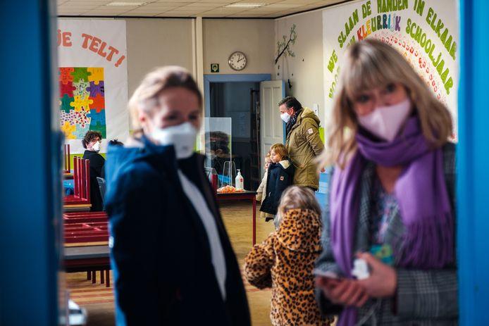 Directrice Vanessa Cuyvers (hier rechts) ontvangt de kinderen en hun ouders.