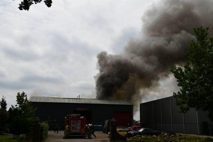 Er komen grote rookpluimen uit het bedrijfspand.