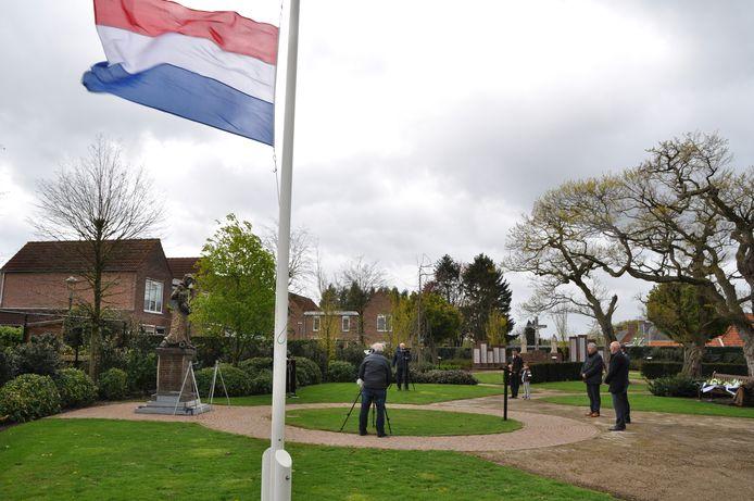 De sobere herdenkingsbijeenkomst in Acaciahof in Mill. Met burgemeester Antoine Walraven en de wethouders Erik van Daal en Jos van den Boogaart.