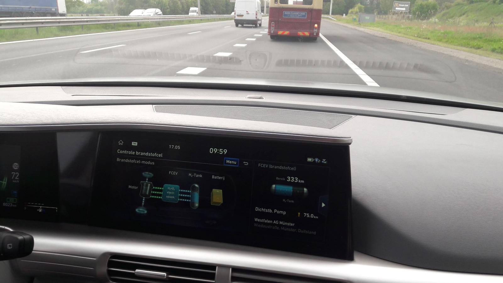Het imponerende scherm van de waterstofauto waarin ik vorig jaar meereed.