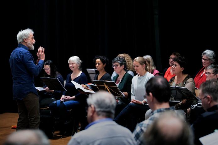 Repetitie van 'Reflections on Gilgamesh' met dirigent Louis Buskens.