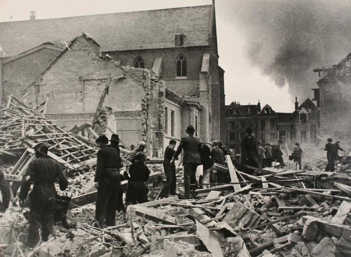 Het Broederenkerkplein net na het bombardement.  Het plein grensde aan de Apenstert, het straatje waar de familie Eggink woonde en werkte.