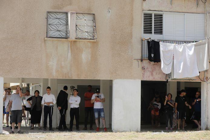 Inwoners van Ashkelon zoeken dekking tegen een raket uit de Gazastrook.