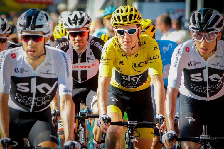 De Nederlander Tom Dumoulin rijdt over de streep in rit 18 van de Tour de France, achter enkele renners van team Sky, waaronder gele truidrager Geraint Thomas. Beeld Photo News