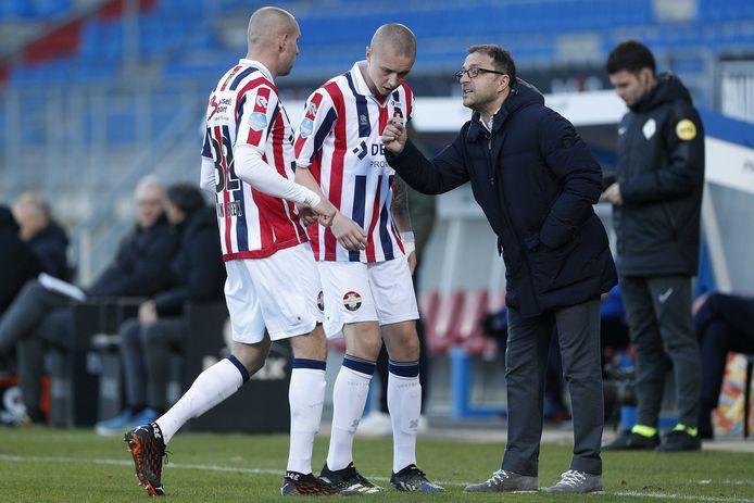 Zeljko Petrovic geeft instructies aan de centrale verdedigers van Willem II, Sven van Beek (links) en Sebastian Holmén.