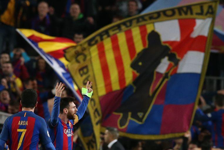 Messi jut de fans op in Camp Nou. De Catalaanse vlag wappert trots. Beeld REUTERS