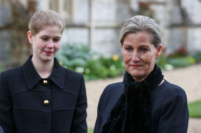 Gravin Sophie van Wessex op een herdenkingsmoment voor prins Philip. Ook haar dochter Lady Louise Windsor staat op de foto.