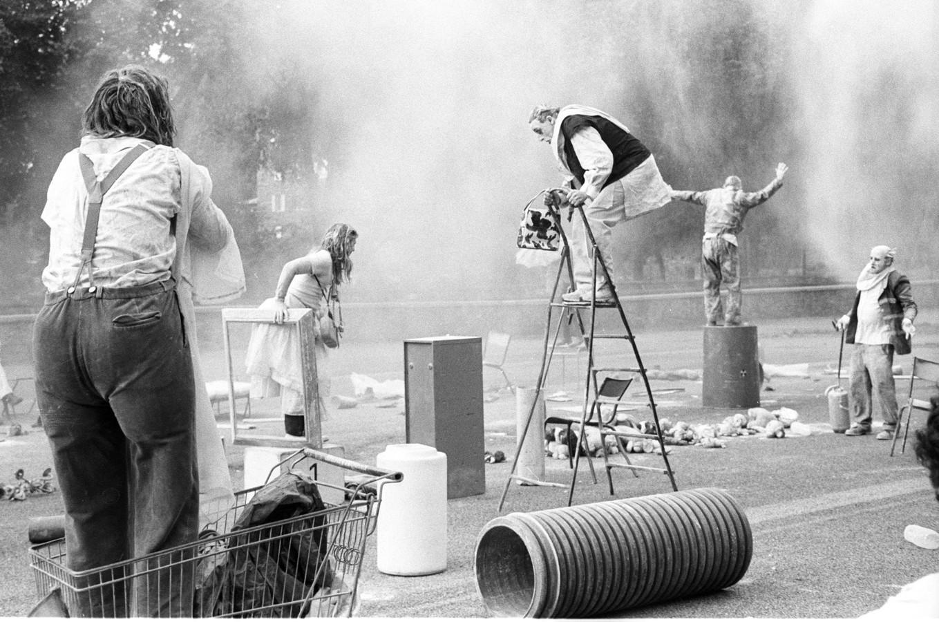 Op de Beestenmarkt is Kumulus (Frankrijk) te zien met 'Silence Encombrant'. Op het plein staat een grote afvalcontainer. Als de container opent, ontvouwt zich een krachtige, ontroerende, 1,5 uur durende voorstelling over mensen en het weggooien van afval.