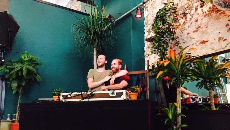Twee van de drie eigenaars: Maarten de Vries (l) en Jamie van der Will achter de draaitafels van hun nieuwe Kopstootbar. Beeld Kopstootbar