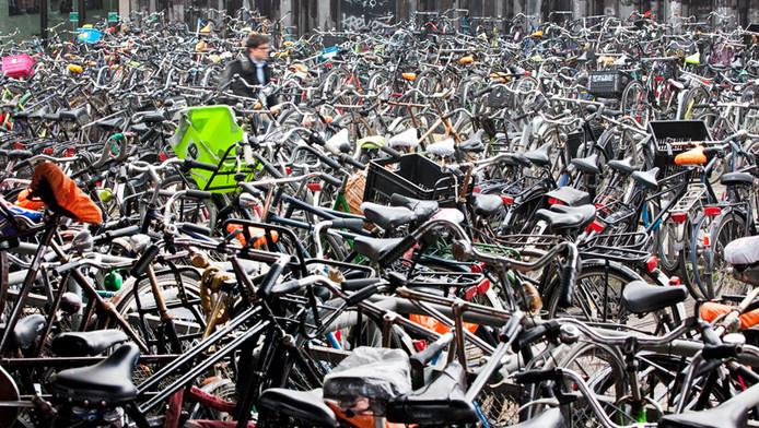 Parkeerproblemen voor fietsen rondom het Centraal Station van Amsterdam.