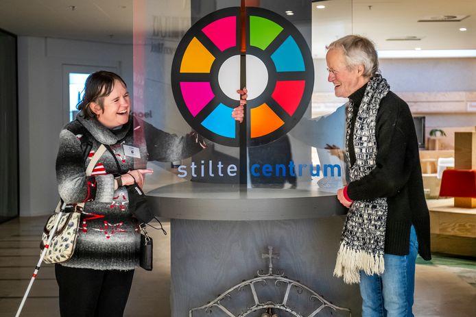 Coördinator Ilona Welleman  en bestuurslid Henk Korff in het Stiltecentrum.