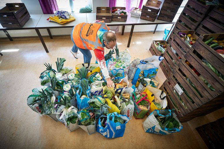 In de Marcuskerk in Moerwijk worden voedselpakketten verstrekt.  Beeld Hollandse Hoogte / Phil Nijhuis