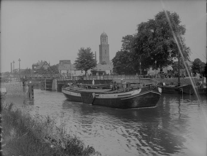 Een schip vaart in 1937 in de Willemsvaart in Zwolle, op de achtergrond is de Peperbus te zien.