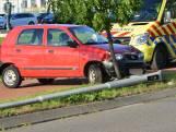Automobilist rijdt lantaarnpaal uit de grond in Breda