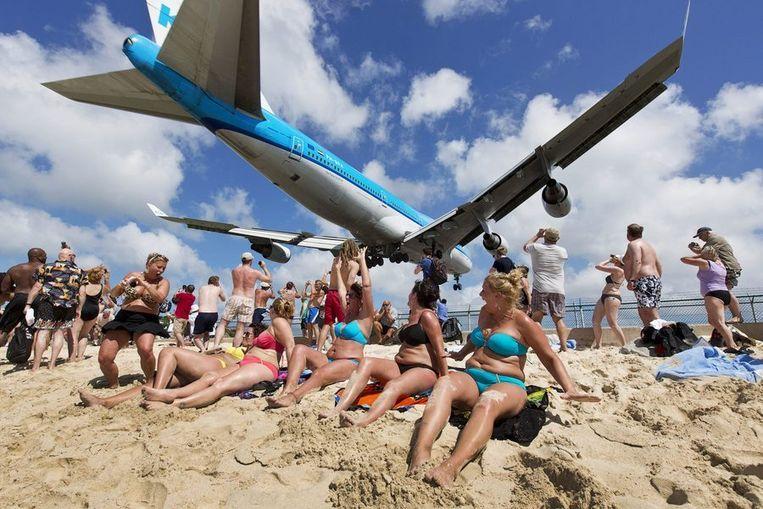 Een KLM-vliegtuig (met daarin het koningspaar) vliegt vlak voor de landing op Juliana Airport in Sint Maarten laag over het strand.  Beeld ANP