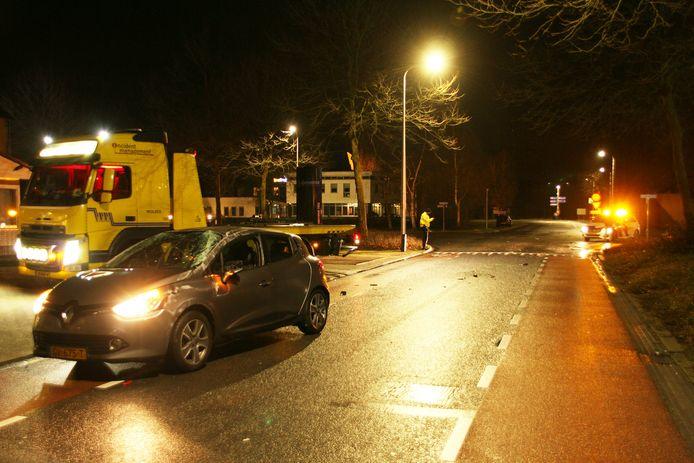 In Nijverdal zijn twee auto's op elkaar gebotst. Door de botsing is een auto drie keer over de kop geslagen.