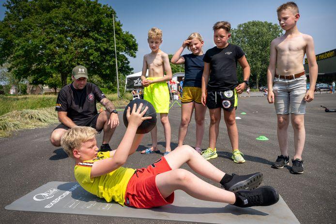 Speelmiddag in Oudheusden. Hier doen de deelnemers fitnessoefeningen.