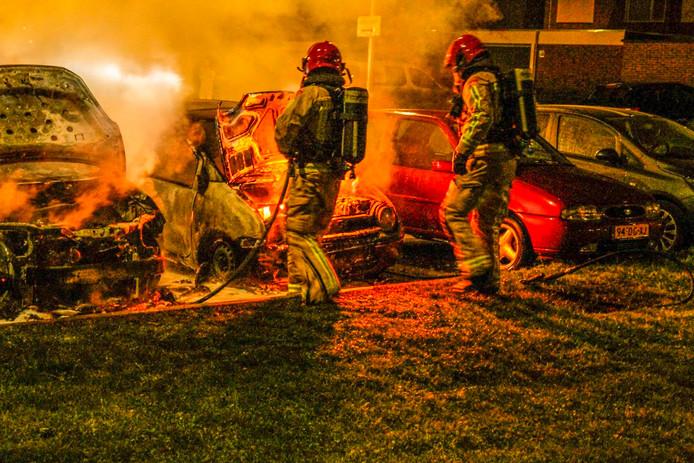 Meerdere auto's staan in brand in de Mahoniehoutstraat in Helmond.