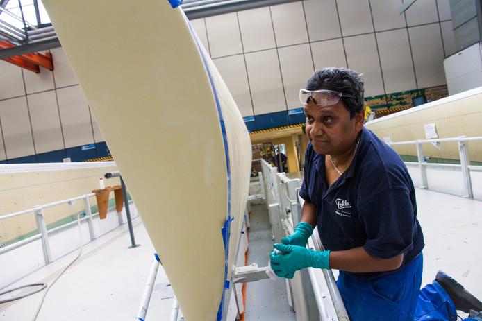 Bij vliegtuigonderdelenbouwer Fokker gaat de productie gewoon door.