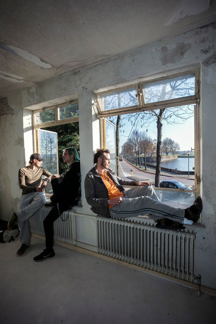 Jeffrey, Lennart en Kevin (vlnr) hebben het vervallen pastoriegebouw van de Sint Cathrienkerk gekraakt en willen dit bewoonbaar maken.