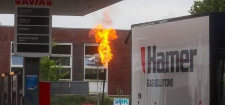 Grote vlam op tankstation in Ugchelen schijnt heel zorgelijk, maar je hoeft heus geen dekking te zoeken