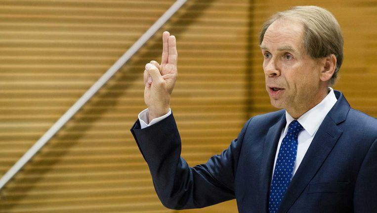 Engelhardt Robbe, waarnemend topman van de NS, legt de eed af voor de parlementaire enquêtecommissie Fyra. Beeld anp