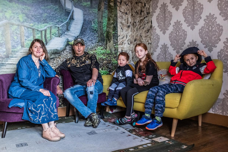 Amirouche Hammar poseert met plezier met zijn vrouw Fatiha en hun kinderen voor weer een camera. Beeld Joris Van Gennip