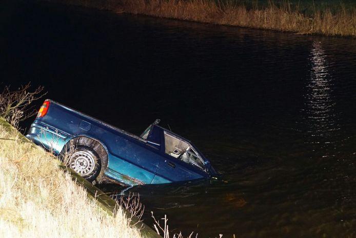 De auto raakte te water in de 'Dedemsvaart' langs de Hasselterweg.