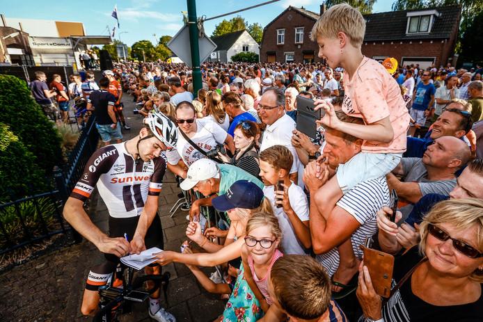 Tom Dumoulin deelt handtekeningen uit voor de start van het wielercriterium Daags na de Tour in 2018.