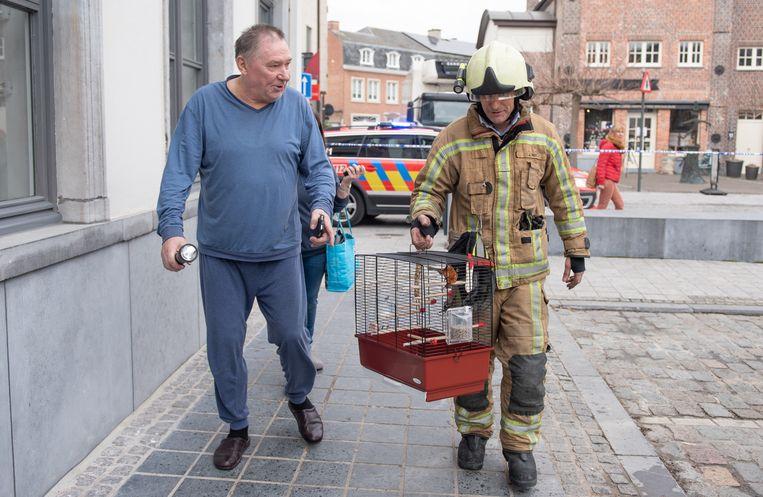 Denis Paret kon andere bewoners alarmeren en prijst zich gelukkig dat ook zijn kanarie de brand heeft overleefd.