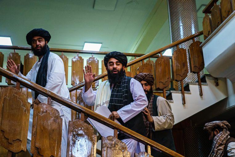 Zabihullah Mujahid, de nieuwe woordvoerder van de taliban, maakte afgelopen week zijn eerste publieke verschijning.  Beeld Los Angeles Times via Getty Imag