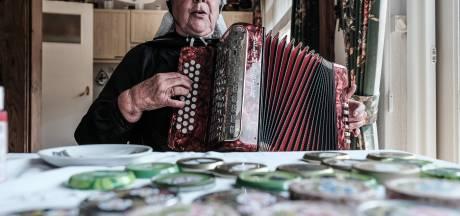 Mondkapjes, jam en wanten: Diny (77) uit Zieuwent maakt het allemaal