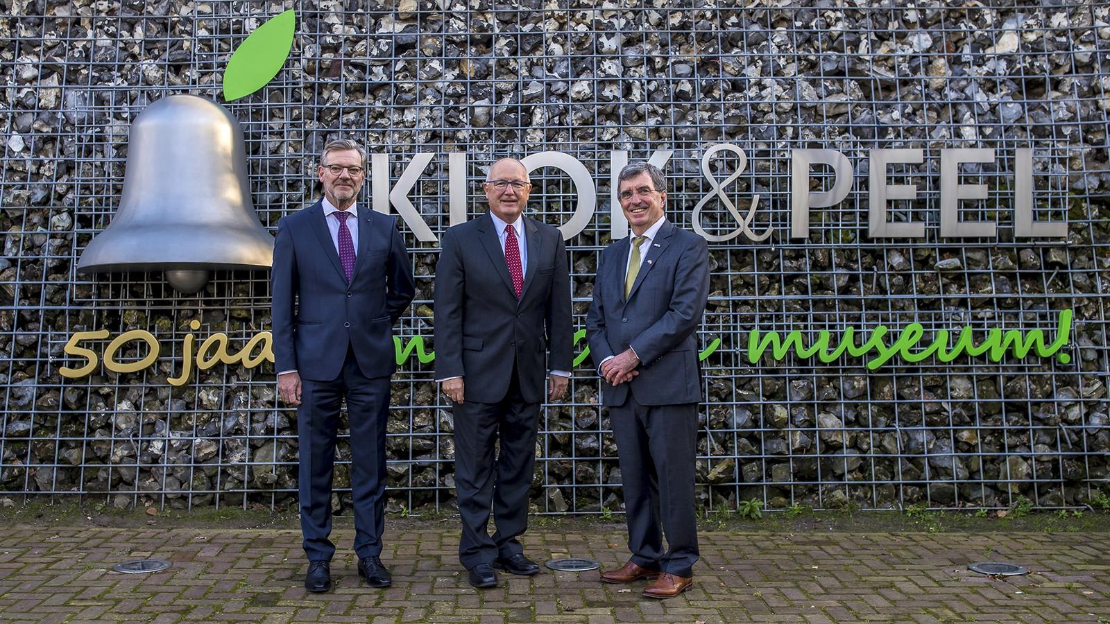 Vlnr: Directeur Joost Eijsbouts van de koninklijke klokkengieterij in Asten, VS-ambassadeur Pete Hoekstra en museumvoorzitter Harry van der Loo.
