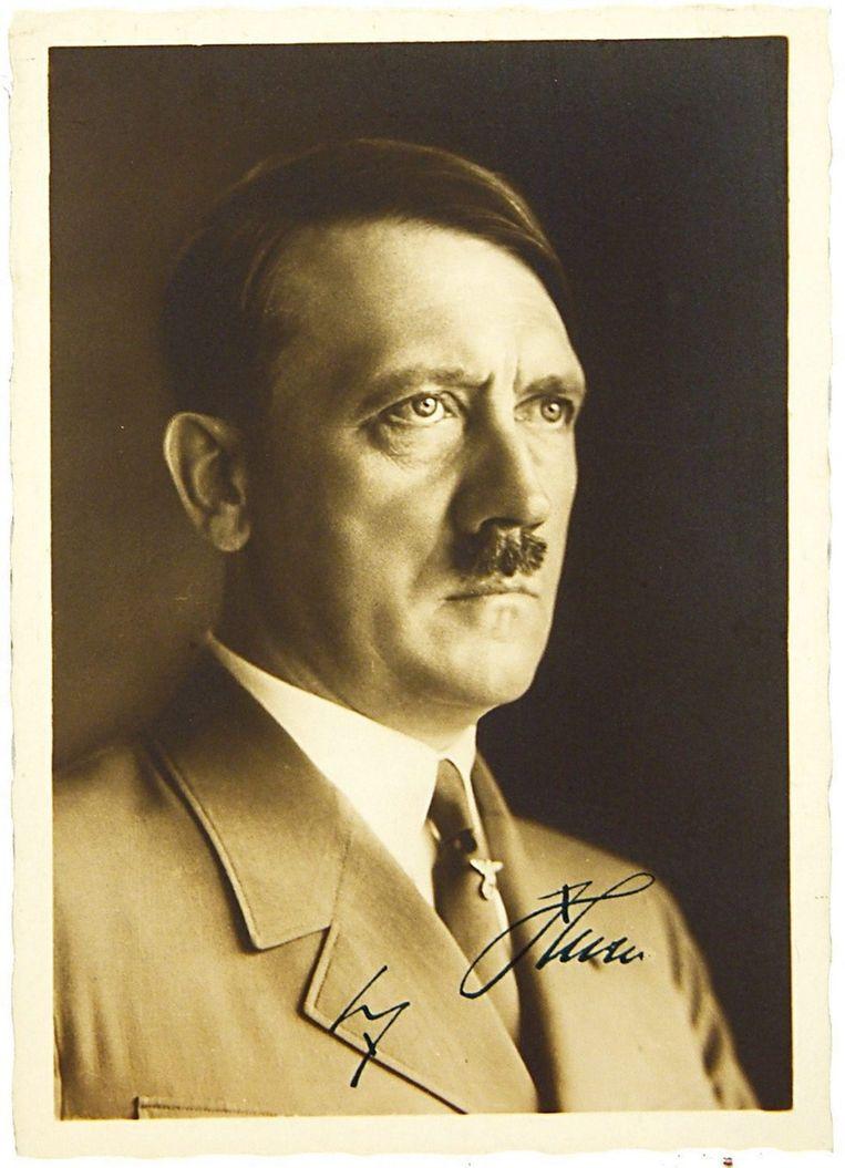 Ook deze door Hitler gesigneerde kaart bracht iets meer dan 35.000 euro op. © epa Beeld