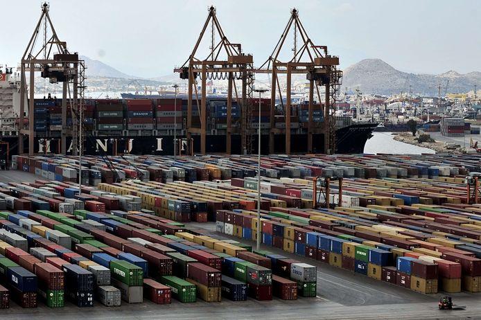 De regering heeft onder meer de plannen voor de verkoop van de havens van Piraeus (foto) en Thessaloniki stilgelegd.