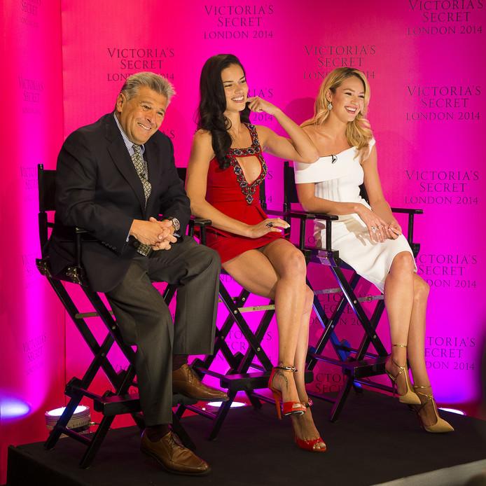 Ed Razek met Adriana Lima en Candice Swanepoel in 2014.