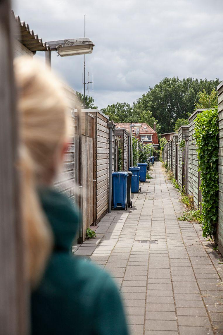 Een gangetje achter een huizenblok ergens in Nederland. Beeld Harry Cock / de Volkskrant