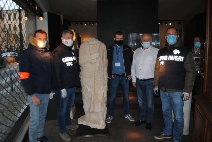 """Het eeuwenoude standbeeld werd in 2011 gestolen in Rome en teruggevonden in een Brusselse antiekgalerie. De Algemene Directie Economische Inspectie van de FOD Economie overhandigde het beeld woensdag in Brussel officieel aan de Italiaanse autoriteiten, vertegenwoordigd door het """"Comando Carabinieri Tutela Patrimonio Culturale""""."""